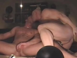 Amateur muscle couple fucks bare