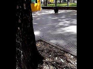 Bulto de chico durmiendo en la calle con la verga dura
