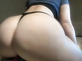 Amateur slut twerked her fat Ass and teased her big tits live for free