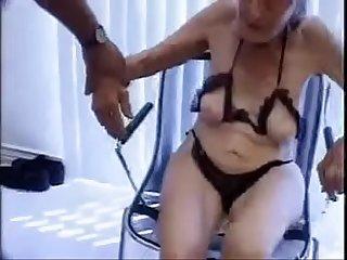 Velha de 95 anos sendo fodida por homem de 30