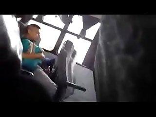 Punheteiro descascando no nibus