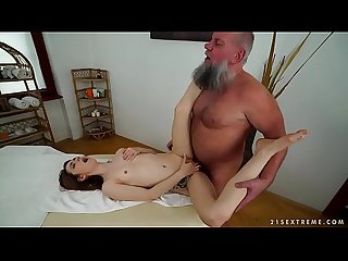 Older man fucks her küçük massage client