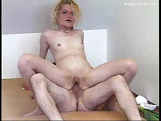 Amateur chick anal fucks